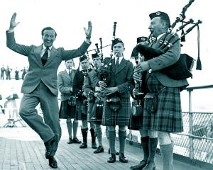 """Hooch"". David Niven arrives to play Bonnie Prince Charlie, 1947"