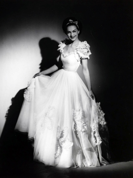 Hjördís Genberg modelling a white dress, 1944