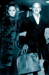 Hjordis and David Niven arrive in London, November 1971