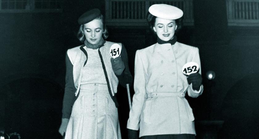 Miss Hammarström and Miss Hjördis Genberg, modelling in 1944. Photo: Holmén, Erik, Nordiska museets arkiv.
