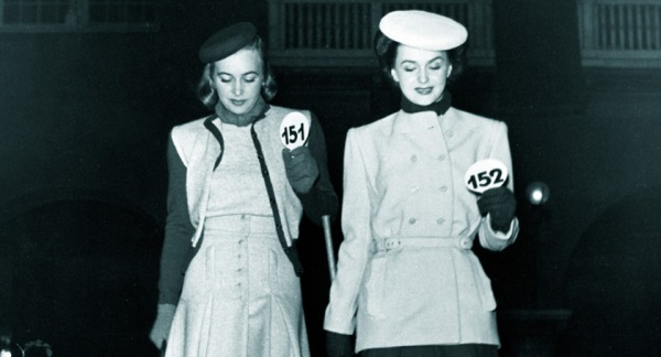 Miss Hammarström and Miss Hjördis Genberg, modelling in 1944. Photo: Holmén, Erik, Nordiska museets arkiv.